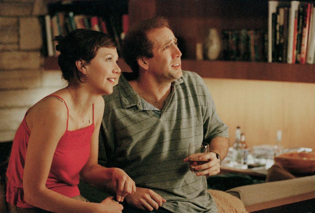 Im Gegensatz zu seinem Bruder hat Donald Kaufman (Nicolas Cage, r.) keine Probleme bei Frauen (Maggie Gyllenhaal, l.) zu landen, während sein Zwill... - Bildquelle: 2003 Sony Pictures Television International