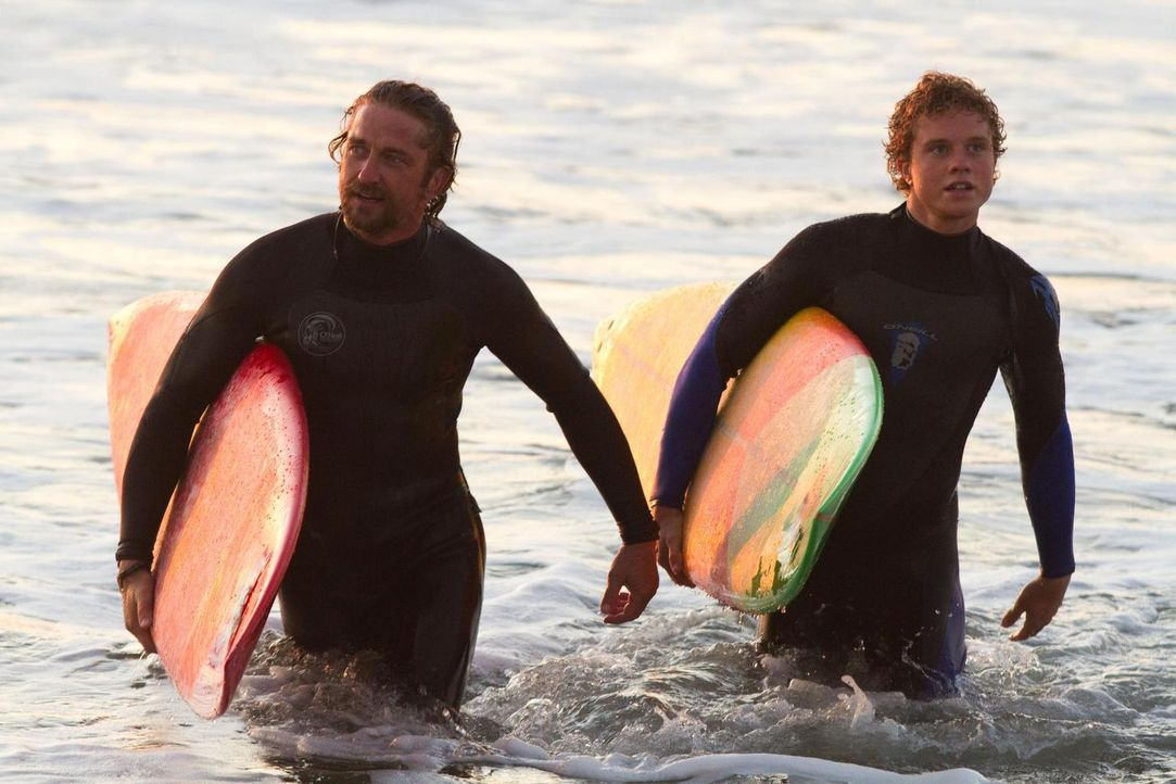 Zwischen den beiden leidenschaftlichen Surfern Frosty Hesson (Gerard Butler, l.) und Jay Moriarity (Jonny Weston, r.) entwickelt sich weit mehr als... - Bildquelle: John P. Johnson 2011 Twentieth Century Fox Film Corporation and Walden Media, LLC. All Rights Reserved.
