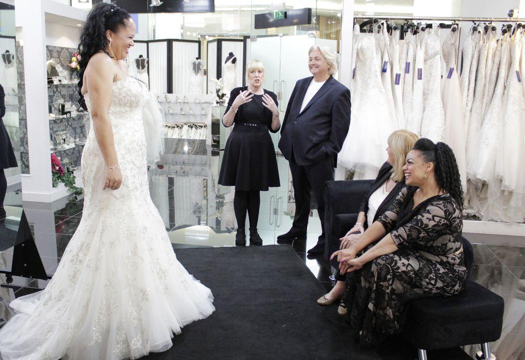 Die Schauspielerin Debra Baker sucht nach einem traumhaften Kleid für die Er... - Bildquelle: TLC & Discovery Communications