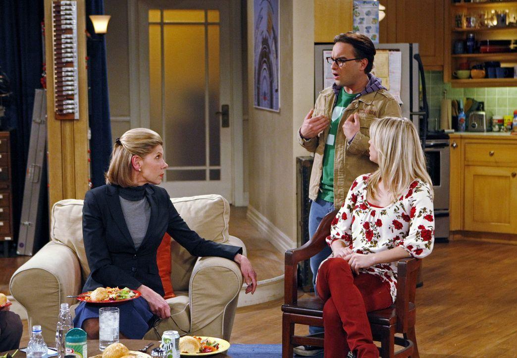 Leonards (Johnny Galecki, M.) Mutter Beverly (Christine Baranski, l.) kündigt zu Weihnachten ihren Besuch an. Als Penny (Kaley Cuoco, r.) ihn darau... - Bildquelle: Warner Bros. Television
