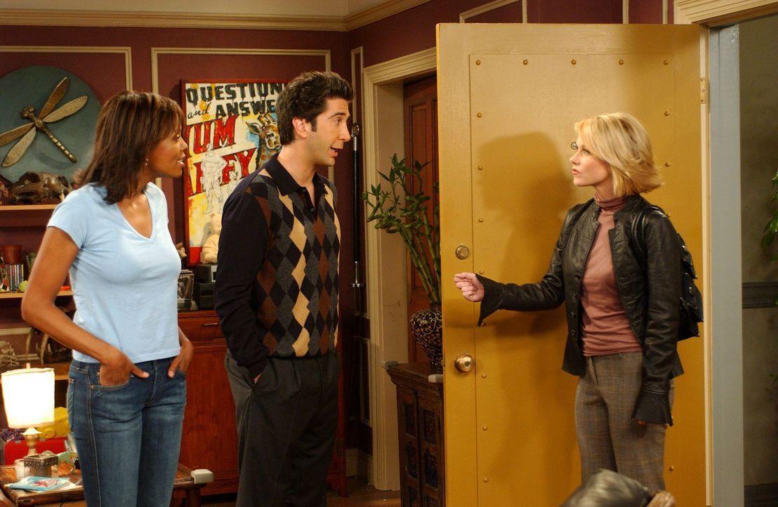 Charlie (Aisha Tyler, l.) und Ross (David Schwimmer, M.) sind total überrascht, als plötzlich Rachels Schwester Amy (Christina Applegate, r.) vor ih... - Bildquelle: 2003 Warner Brothers International Television