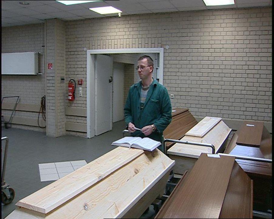 Feuerbestatter im Krematorium Potsdam: Frank Bachmann ... - Bildquelle: SAT.1