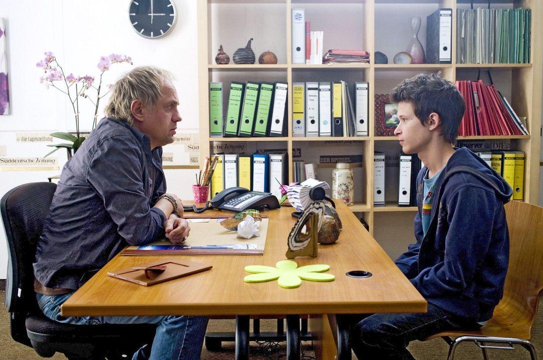 Franz (Joel Basman, r.) erzählt Carlo (Uwe Ochsenknecht, l.) von seiner Mutter, die nie Zeit für ihn hat. Carlo erteilt einen folgenschweren Rat ... - Bildquelle: Gordon Mühle Sat.1
