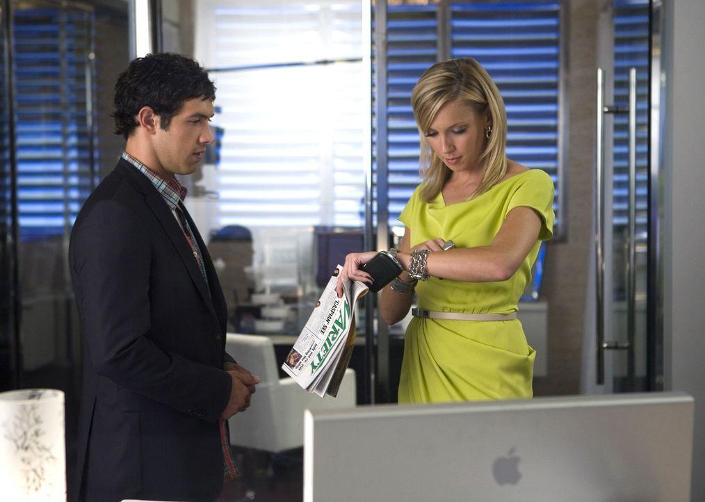 Jonah (Michael Rady, l.) lässt Riley mit der Polizei allein daheim im MP, um Ella (Katie Cassidy, r.) zu helfen - wenn sich da nicht etwas anbahnt... - Bildquelle: 2009 The CW Network, LLC. All rights reserved.