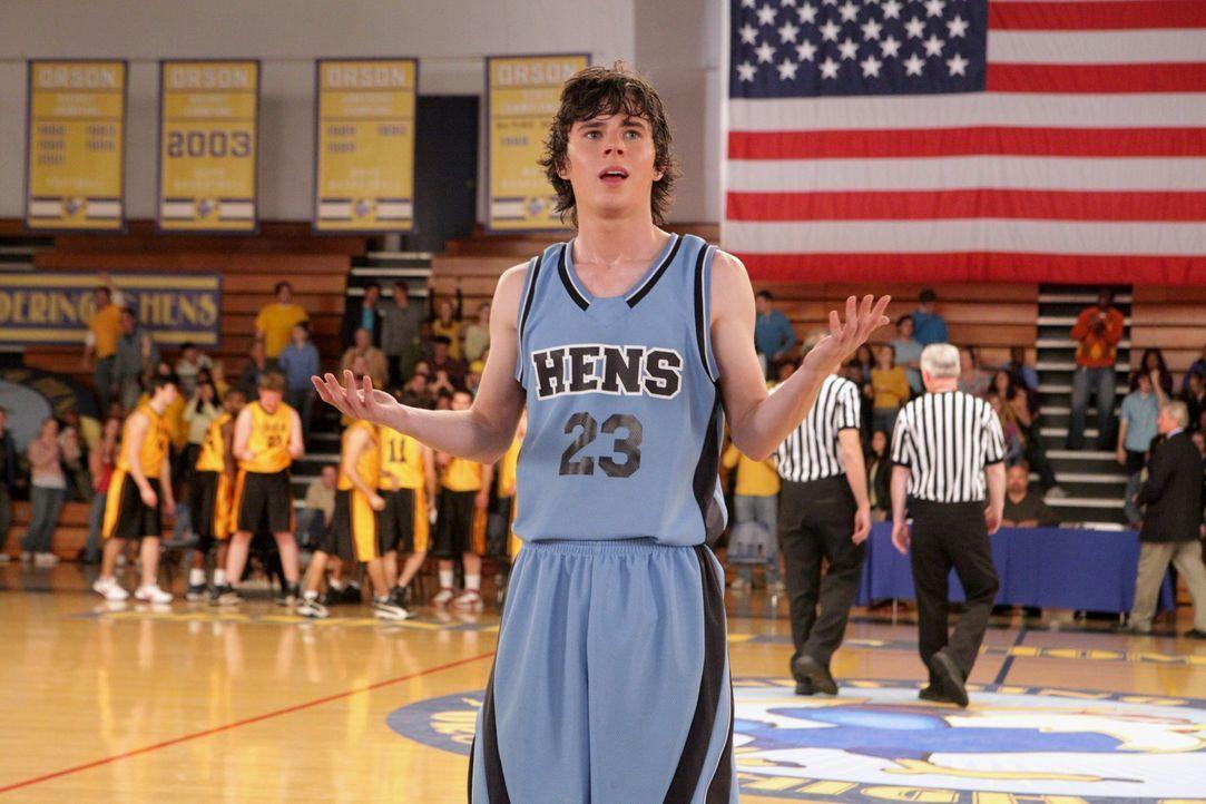 Wie hat er das nur geschafft? Axl (Charlie McDermott) datet seit Neuestem die hübsche und quasi perfekte Cheerleaderin Morgan ... - Bildquelle: Warner Brothers