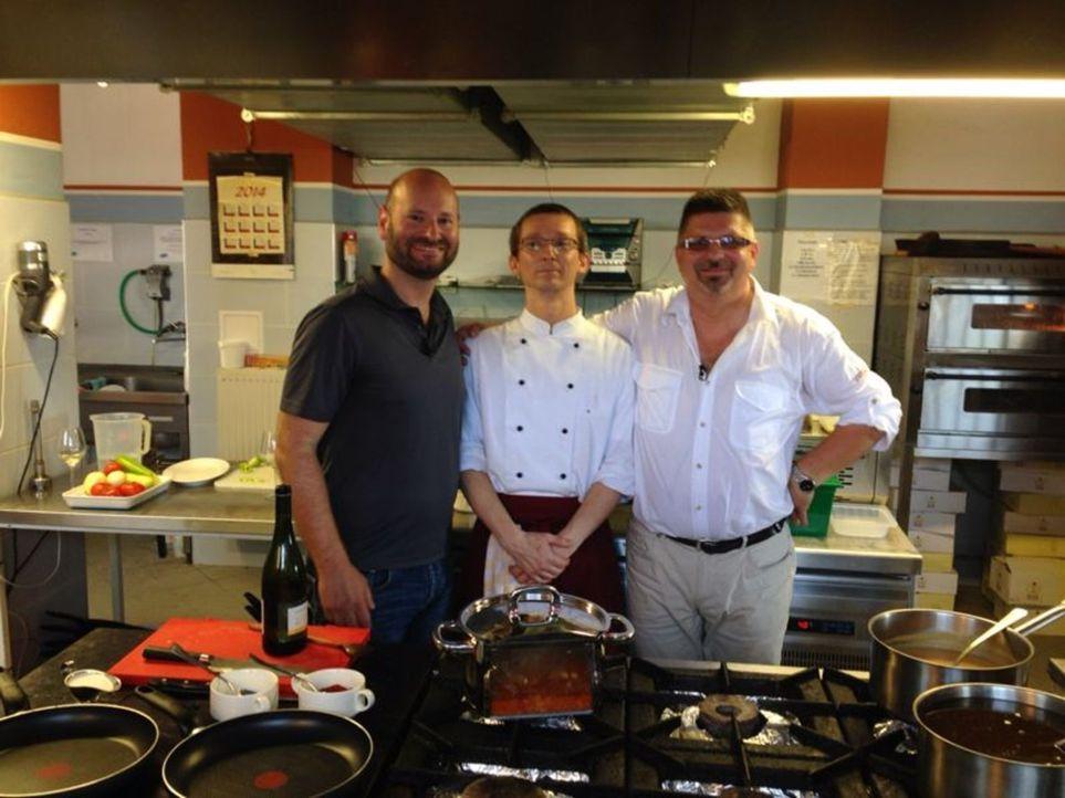 Der kulinarische Roadtrip durch Ungarn führt David Hahn (l.) auch in die Fischküche von Zoltan Szabo (M.) und Attila Takacs (r.) ... - Bildquelle: kabel eins