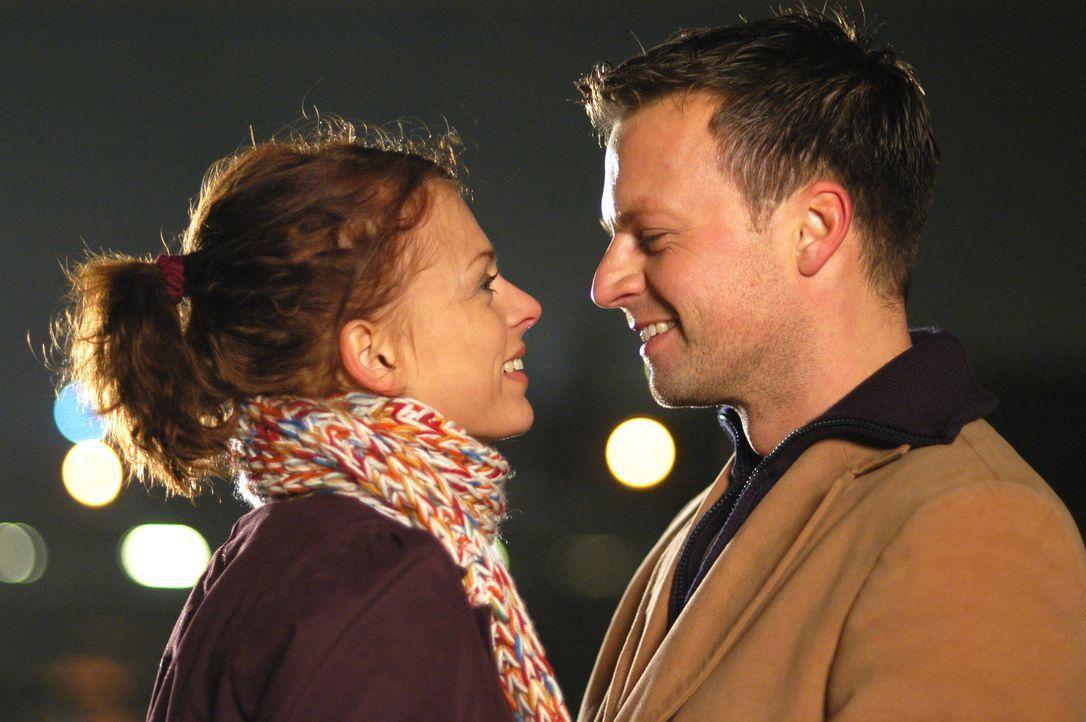 Nach vielen Reibereien finden Katrin (Isabell Gerschke, l.) und Markus (Michael Härle, r.) endlich zueinander ... - Bildquelle: Gordon Mühle ProSieben