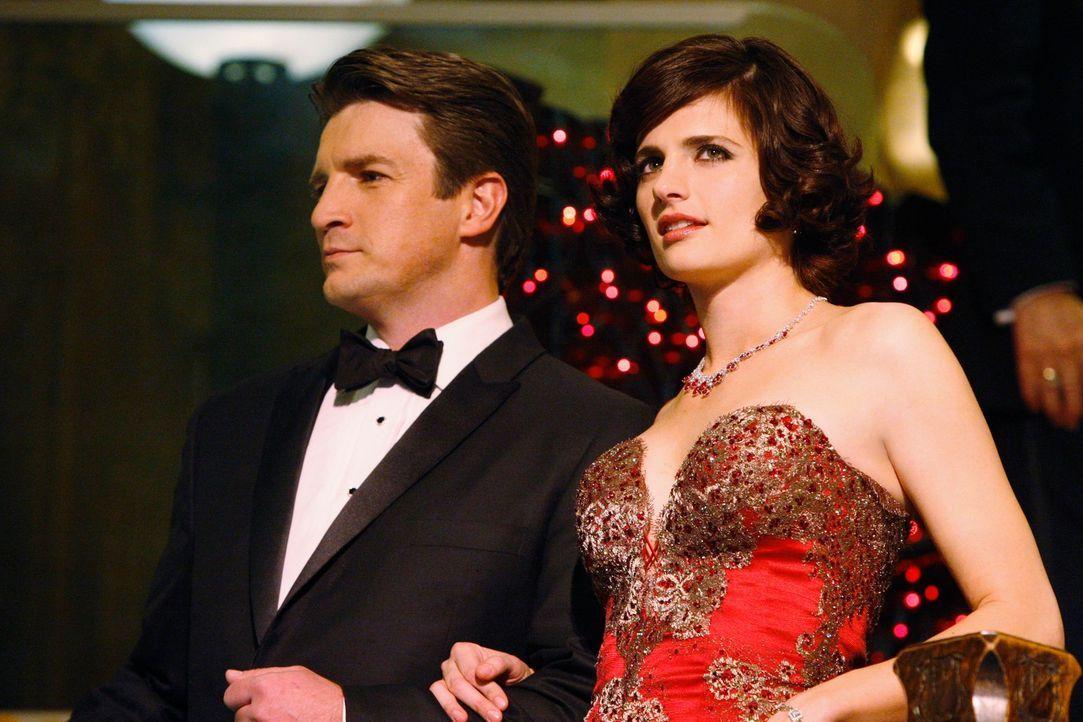 Treten undercover als Paar bei einem Wohltätigkeitsball auf: Richard Castle (Nathan Fillion, l.) und Kate Beckett (Stana Katic, r.) - Bildquelle: ABC Studios