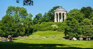 Der Englische Garten lädt zum gemütlichen Picknick ein.