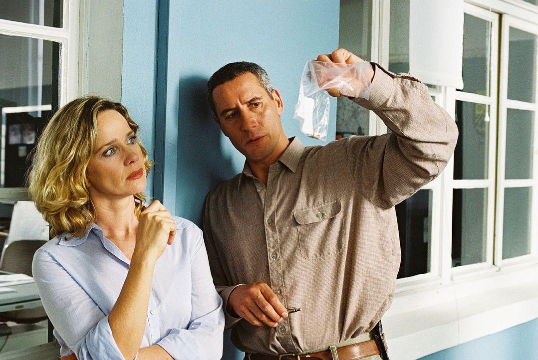 Schwerdtfeger (Ralph Herforth, r.) zeigt Michelle Eisner (Ann-Kathrin Kramer, l.) die Patronenhülse, die aus der Waffe stammt, mit der ein Unbekannt... - Bildquelle: Jacqueline Krause-Burberg Sat.1