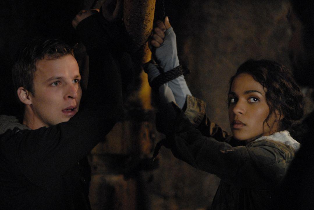 Selbst als Isabelle (Megalyn Echikunwoke, r.) und er von Jordans Männern gefangen genommen und gefesselt werden, ist Kyle (Chad Faust, l.) überzeugt... - Bildquelle: Viacom Productions Inc.
