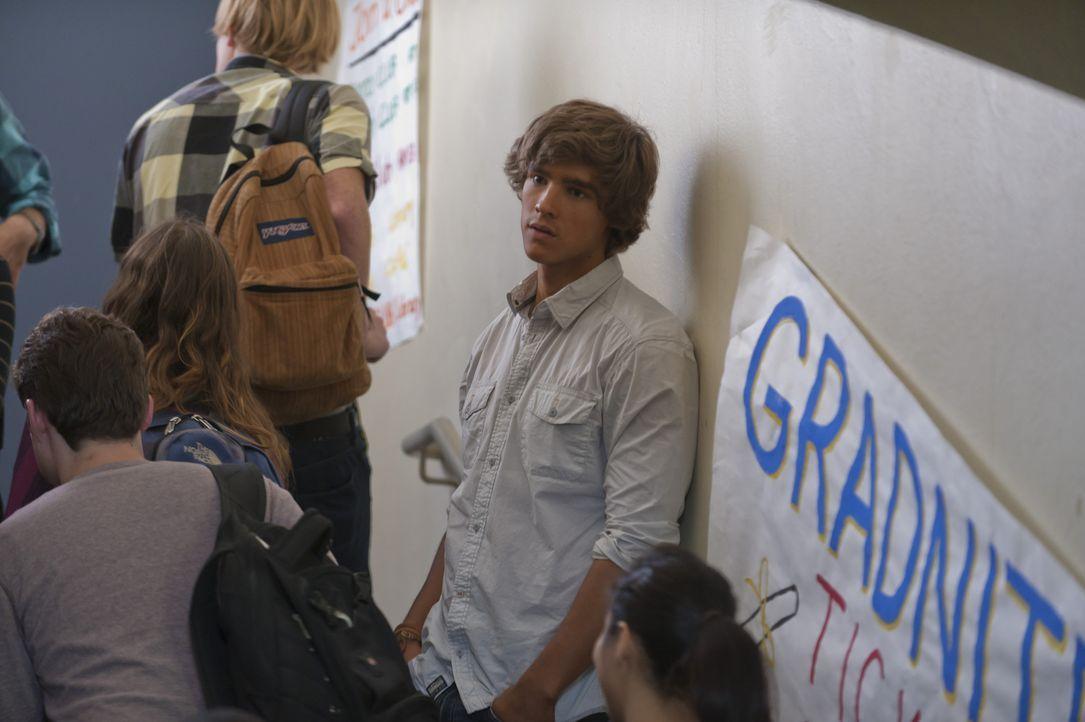 Nach ihrer Rettung geht die beliebte Emma wieder voll im Schulalltag auf, während Dean (Brenton Thwaites, r.) der wunderschönen Zeit auf der Insel n... - Bildquelle: 2012 Sony Pictures Television Inc. All Rights Reserved.