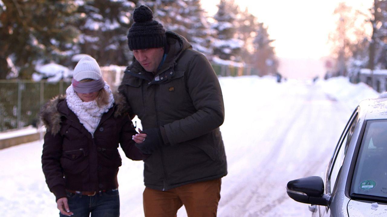 Um ihr zu zeigen wie gern er sie hat, hat Michael (r.) eine ganz besondere Überraschung für Christina (l.) ... - Bildquelle: SAT.1