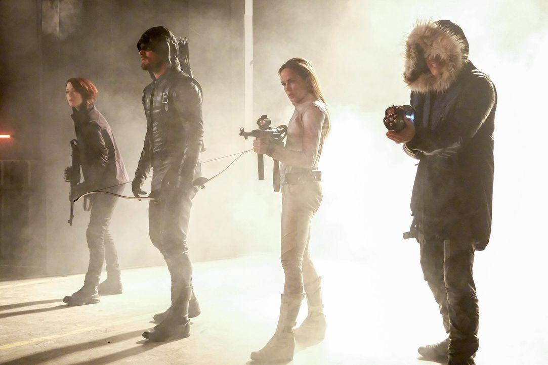 Während Kara auf der Erde 1 in Lebensgefahr schwebt, erhalten (v.l.n.r.) Alex (Chyler Leigh), Oliver alias Green Arrow (Stephen Amell) und Sara alia... - Bildquelle: 2017 Warner Bros.