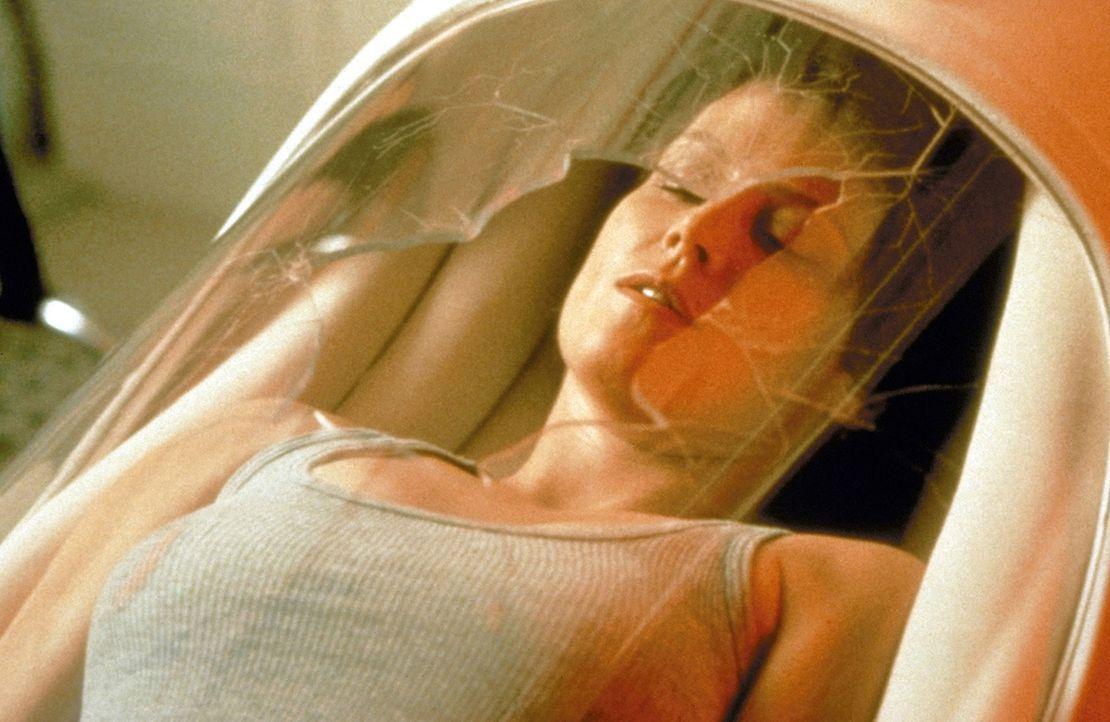 Erwachen nach einer langen Odyssee im Tiefschlaf: Ripley (Sigourney Weaver) strandet mit ihrem Raumgleiter auf einem fremden Planeten an der Grenze... - Bildquelle: 20th Century Fox of Germany