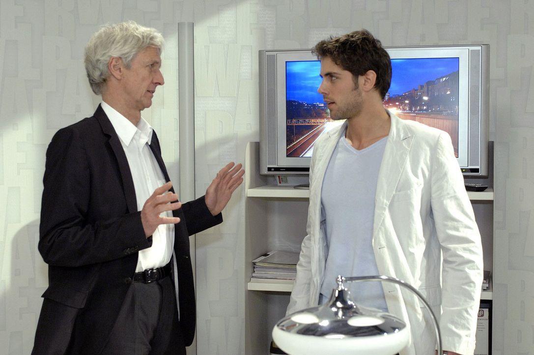 Jonas (Roy Peter Link, r.) ist enttäuscht, dass Robert (Mathieu Carrière, l.) die Agentur verkaufen will. - Bildquelle: Oliver Ziebe Sat.1
