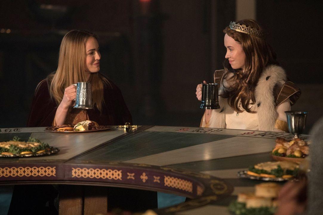 Noch ahnen Sara (Caity Lotz, l.) und Königin Guinevere (Elyse Levesque, r.) nicht, dass schon bald nicht nur das Fragment des Speers, sondern auch K... - Bildquelle: Warner Brothers