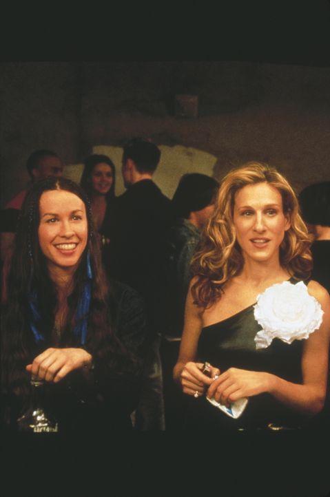 """Auf einer Party spielen die Kids von heute """"Flaschendrehen"""", und Carrie (Sarah Jessica Parker, r.) muss eine Frau namens Dawn (Alanis Morisette, l.)... - Bildquelle: Paramount Pictures"""