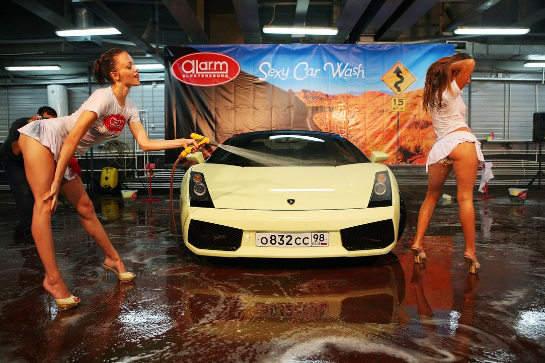 Model-car-wash-Russia-Lamborghini-100805-2-WENN-com - Bildquelle: WENN.com
