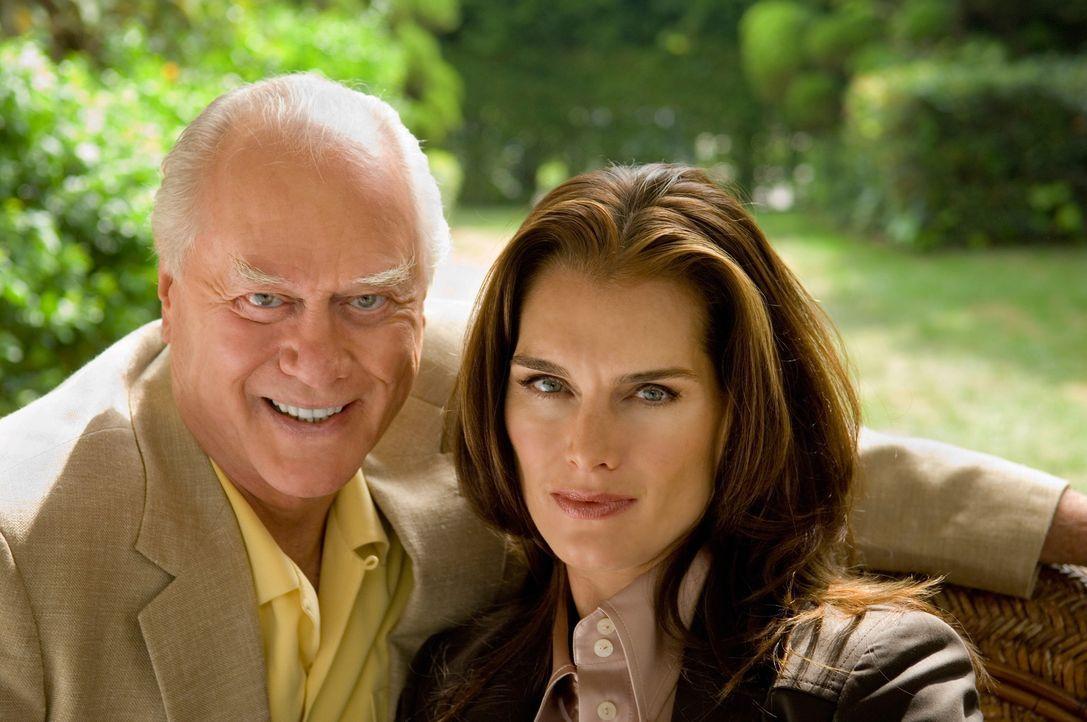 Dr. Faith Wolper (Brooke Shields, r.) spielt ein gemeines Spiel mit Christian und Burt (Larry Hagman, l.) ... - Bildquelle: TM and   2004 Warner Bros. Entertainment Inc. All Rights Reserved.