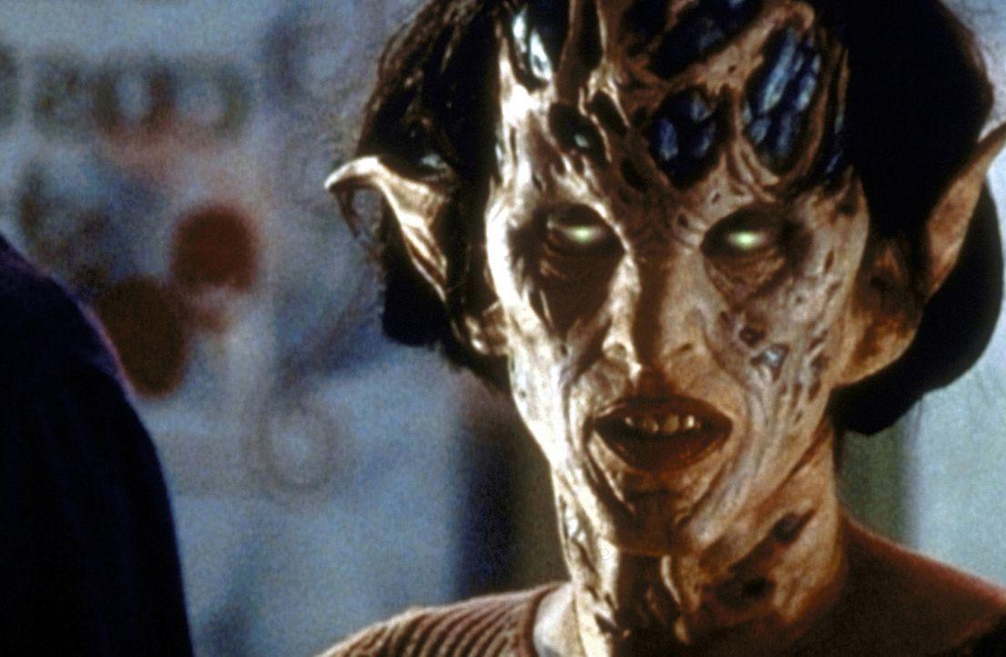 Jenny Calendar (Robia La Morte) ist zu einem Dämon mutiert. - Bildquelle: TM +   2000 Twentieth Century Fox Film Corporation. All Rights Reserved.