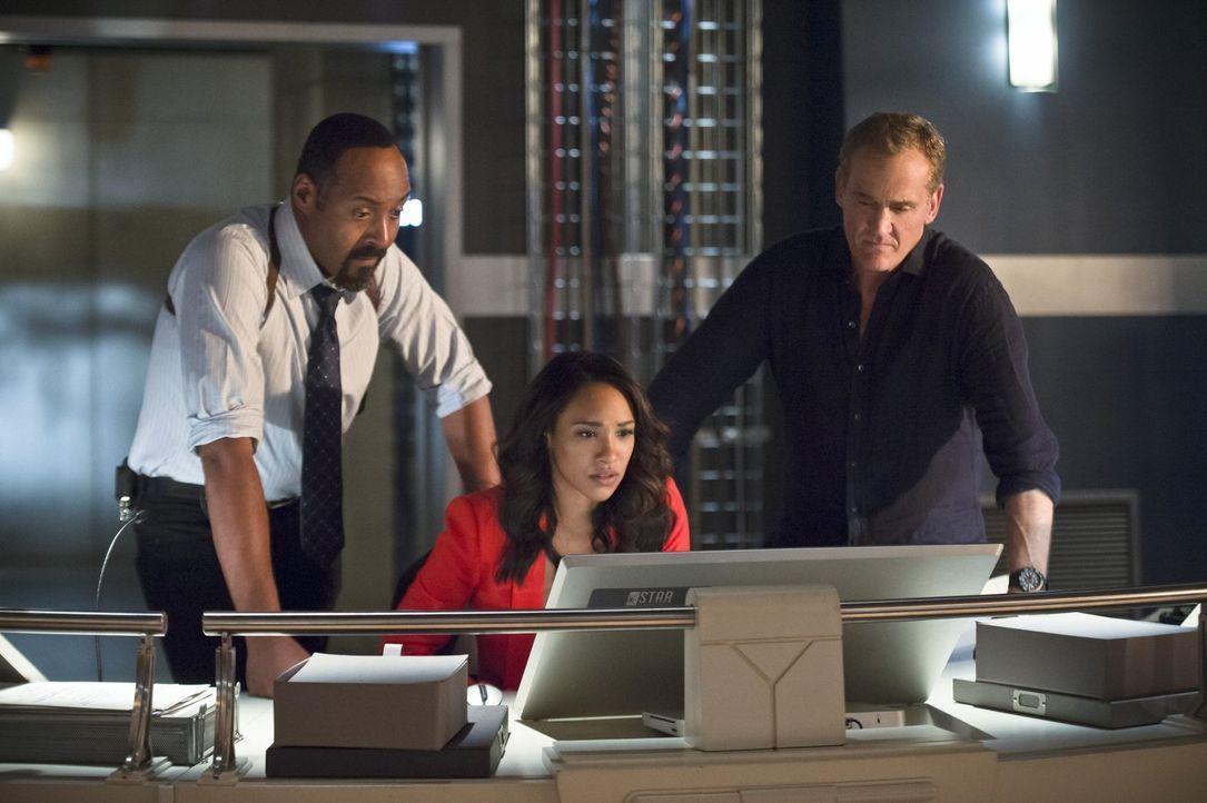 Gemeinsam wollen sie Barry in der schweren Zeit beistehen: Joe (Jesse L. Martin, l.), Iris (Candice Patton, M.) und Henry (John Wesley Shipp, r.) ... - Bildquelle: 2015 Warner Brothers.