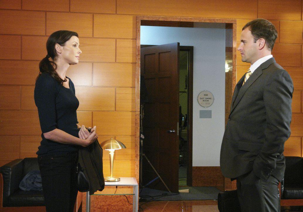 Eli (Jonny Lee Miller, r.) ist ernsthaft in Ashley (Bridget Moynahan , l.) verliebt, hat bereits mehrere Dates und eine aufregende Nacht mit ihr ver... - Bildquelle: Disney - ABC International Television