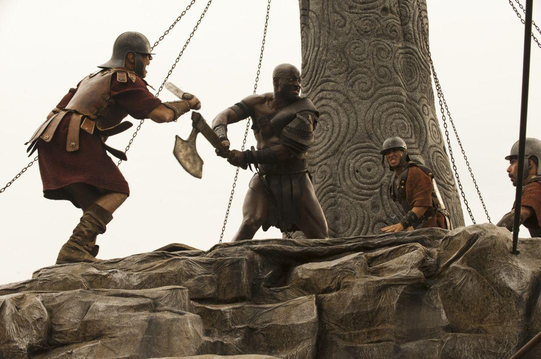 Eigentlich sollte dem Sklaven und Gladiator Atticus (Adewale Akinnuoye-Agbaje, 2.v.l.) nach seinem letzten, siegreichen Kampf die Freiheit geschenkt... - Bildquelle: 2014 Constantin Film Verleih GmbH/ Caitlin Cronenberg