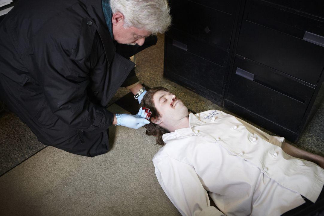 """Als Jim Webb (Will Ennis, r.), der Miteigentümer und Küchenchef des """"General Wayne Inn"""", in seinem Büro erschossen aufgefunden wird, verdächtigt die... - Bildquelle: Darren Goldstein Cineflix 2011"""