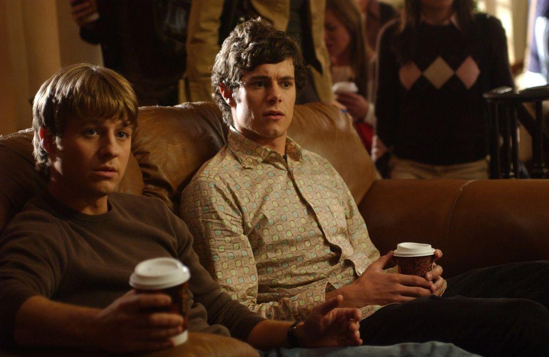 Da Sandy und Kirsten übers Wochenende wegfahren wollen, erhalten Ryan (Benjamin McKenzie, l.) und Seth (Adam Brody, r.) klare Instruktionen ... - Bildquelle: Warner Bros. Television