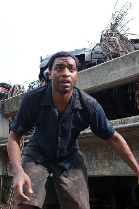 Während Ian (Chiwetel Ejiofor) seine Tochter verzweifelt sucht, suchen Kim und Adam nach medizinischer Hilfe für den schwer verletzten John, der der... - Bildquelle: Kerry Brown 2006 Home Box Office Inc. All Rights Reserved.