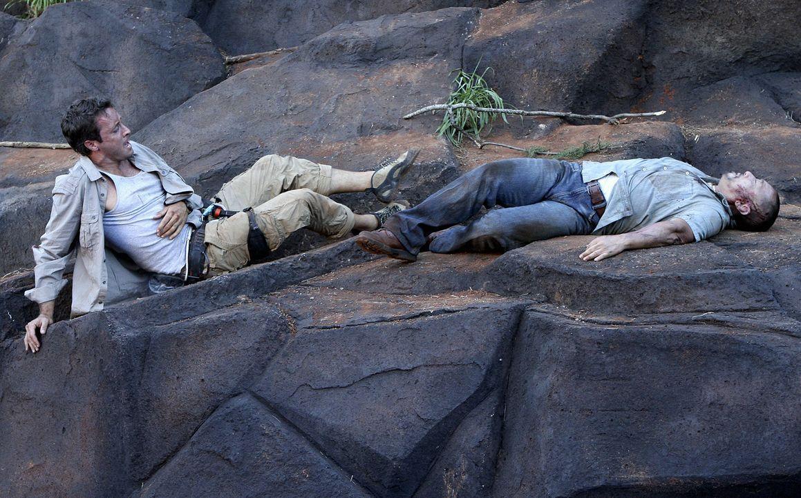 Steve und Danny unternehmen einen Wanderausflug in die Berge und finden dort einen toten Fischer (Jack Leung, r.). Beim Versuch, die Leiche zu berge... - Bildquelle: 2011 CBS BROADCASTING INC.  All Rights Reserved.
