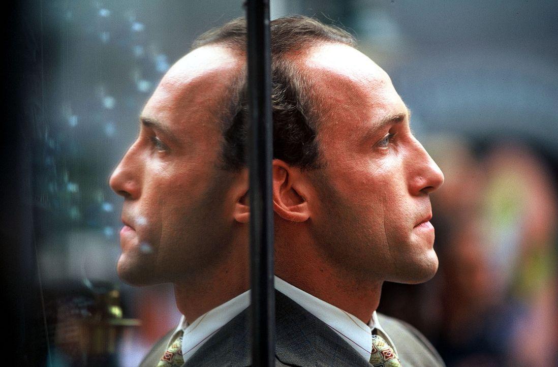 Stockinger (Karl Markovics) verfolgt einen Verdächtigen. - Bildquelle: Hermann Huber Sat.1