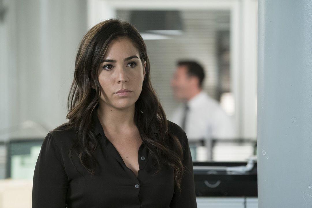 Als Zapata (Audrey Esparza) auch noch die sichergestellte Tatwaffe von dem Mord an Coach Jones verschwinden lassen will, rastet Reade aus ... - Bildquelle: Warner Brothers