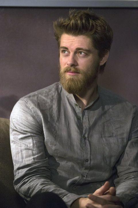 Ahnt noch nicht, dass er schon bald gezwungenermaßen mit Weller zusammenarbeiten muss: Roman (Luke Mitchell), der sich daran erinnert, dass er Emma... - Bildquelle: Warner Brothers