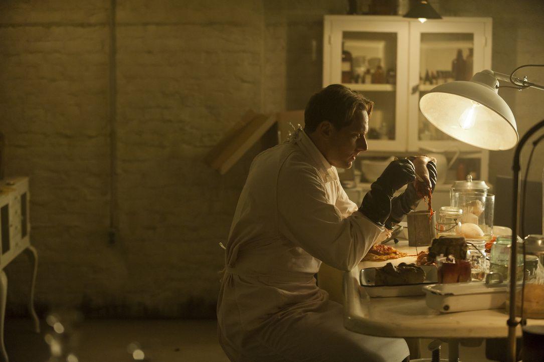 Blick in die Vergangenheit: Im Keller des Hauses betreibt der ehemalige Schönheitschirurg Charles Montgomery (Matt Ross) eine geheime Praxis, in der... - Bildquelle: 2011 Twentieth Century Fox Film Corporation. All rights reserved.