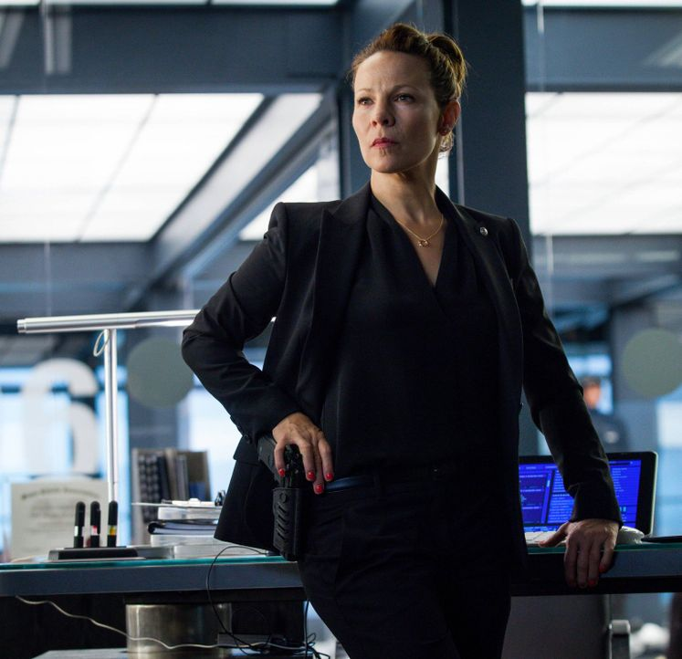Captain Maldonado (Lili Taylor) wird Zeuge eines gefährlichen Attentats, das Kennex das Leben kosten könnte ... - Bildquelle: Warner Bros. Television