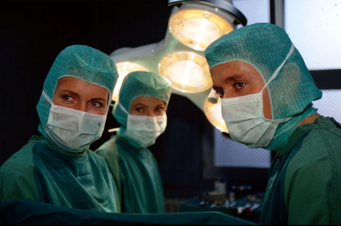 Dr. Charlotte Weiß (Maria Furtwängler, l.) ist nicht gerade erfreut über das Auftauchen von Dr. Anne Herzog, hatte sie doch selbst ein Auge auf Dr.... - Bildquelle: Norbert Kuhroeber Sat.1