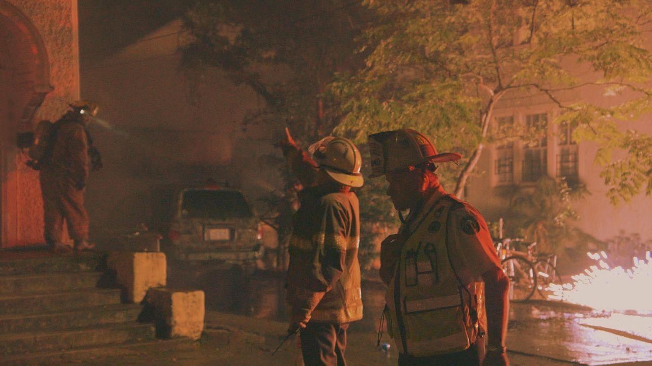 """Die Feuerwehrleute der """"SQURT 16""""-Wache in New Orleans versuchen mitten in der Nacht ein Feuer zu löschen, bevor es zu spät ist. Wird ihnen das geli... - Bildquelle: 2015 Wolf Reality, LLC and 44 Blue Productions, Inc.  All Rights Reserved."""