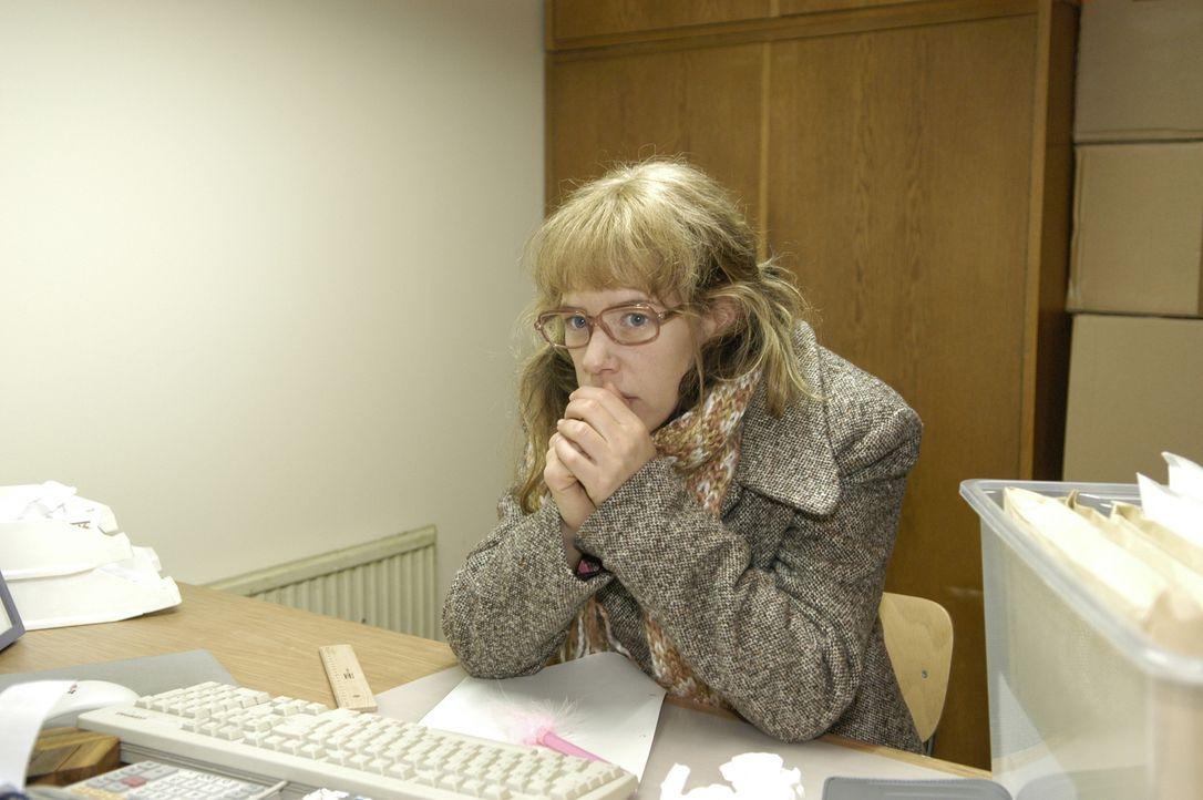 Trotz schlechter Bedingungen arbeitet Lisa (Alexandra Neldel) in ihrem eiskalten Büro tapfer weiter.  (Dieses Foto von Alexandra Neldel darf nur in... - Bildquelle: Noreen Flynn Sat.1
