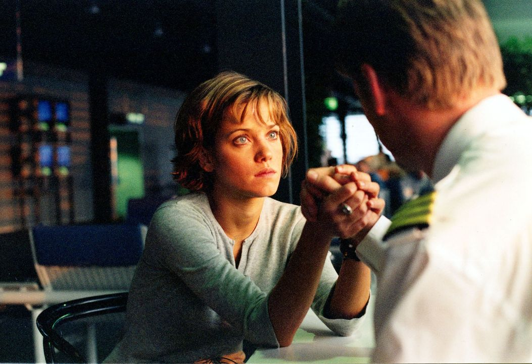 Jenny (Muriel Baumeister, l.) ist sehr in den Piloten Tom (Kai Scheve, r.) verliebt. Bisher hat sie ihm allerdings noch nichts über ihre Tochter er... - Bildquelle: Sat.1