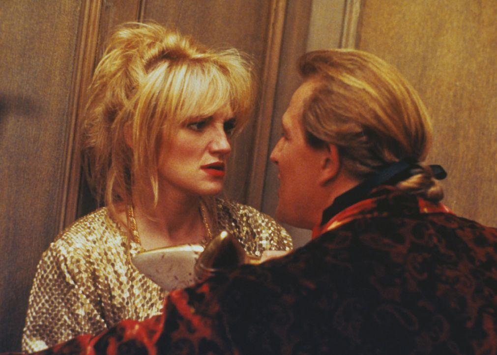 Ahnen nicht, was noch auf sie zukommt: Phil Brooks (Perry King, r.) und Amanda (Ellen Barkin, l.) ...