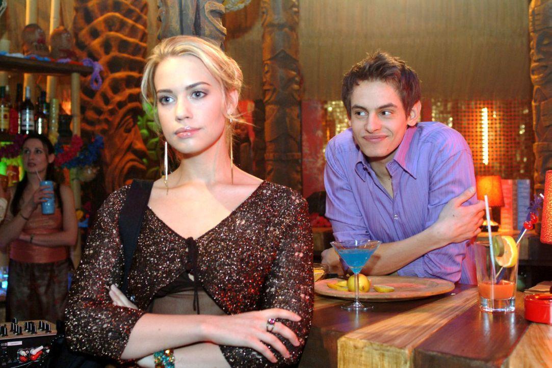 Überraschend nimmt Alexander (Shai Hoffmann, r.) eine Missetat Kims (Lara-Isabelle Rentinck, l.) auf sich. - Bildquelle: Monika Schürle Sat.1