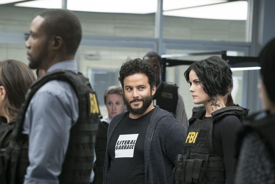 Während Jane (Jaimie Alexander, r.) und das Team noch damit hadern, ob die Geschichte über den Killer wieder nur Mittel zum Zweck ist, setzt Gauner... - Bildquelle: Warner Brothers