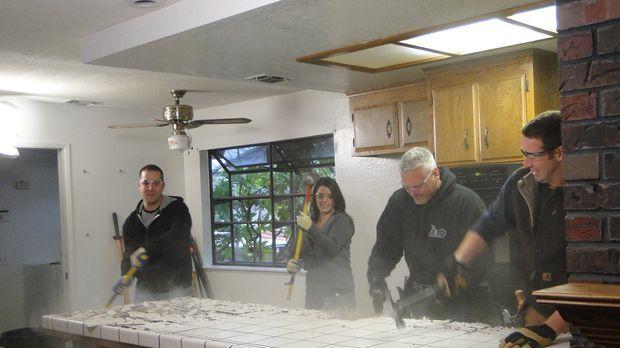 Packen gemeinsam an, um eine neue Küche zu gestalten: Steve (l.), Melissa (2....