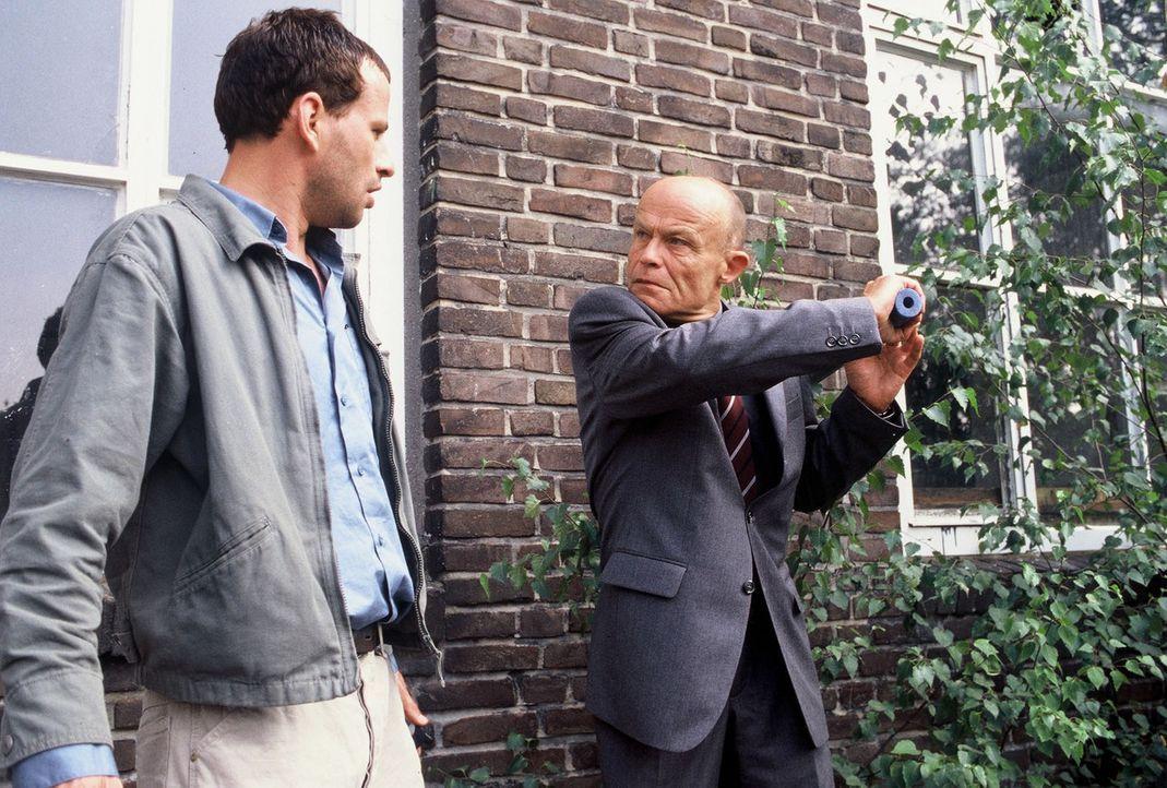 Unglücklicherweise überrascht Linneck (Volkmar Kleinert, r.) den Zeugen Timo (Frank Stieren, l.) ... - Bildquelle: Martin Menke Sat.1