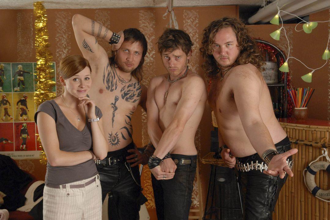 """Knapp daneben ist auch daneben: Annika (Jasmin Schwiers, l.) hat dank ihrer """"großartigen"""" Finnisch-Kenntnisse die Chaoten-Rockband """"Rypeli"""" (v.l.n.r... - Bildquelle: Elke Werner ProSieben"""