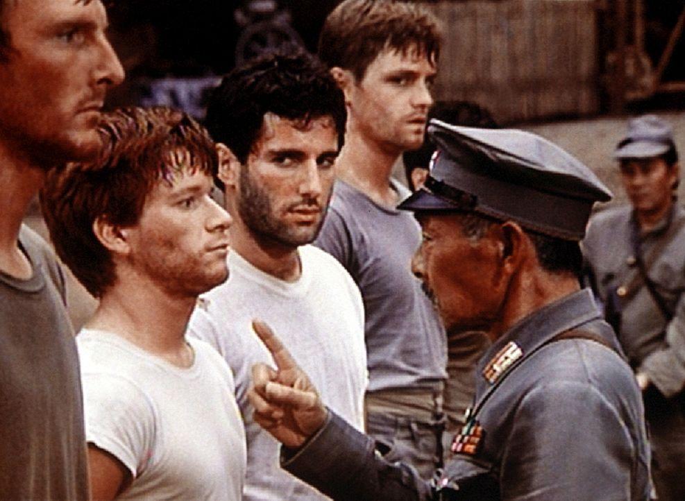 Ben (Eric Scott, 2.v.l.) und Norman (Jordan Suffin, 3.v.l.) werden von dem japanischen Kommandeur (Jerry Fujikawa) dabei überrascht, als sie in dem... - Bildquelle: WARNER BROS. INTERNATIONAL TELEVISION
