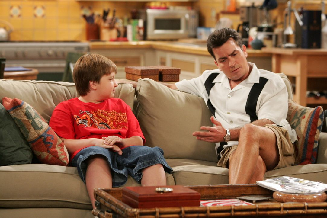 Männergespräche: Jake (Angus T. Jones, l.) und sein Onkel Charlie (Charlie Sheen, r.) ... - Bildquelle: Warner Brothers Entertainment Inc.