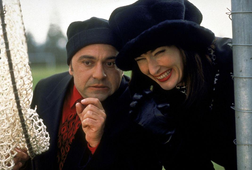 Zwei russische Zirkusagenten haben den überaus begabten Golden Retriever im Visier: Popov (Perry Anzilotti, l.) und Komplizin Natalya (Nora Dunn, r... - Bildquelle: Alliance